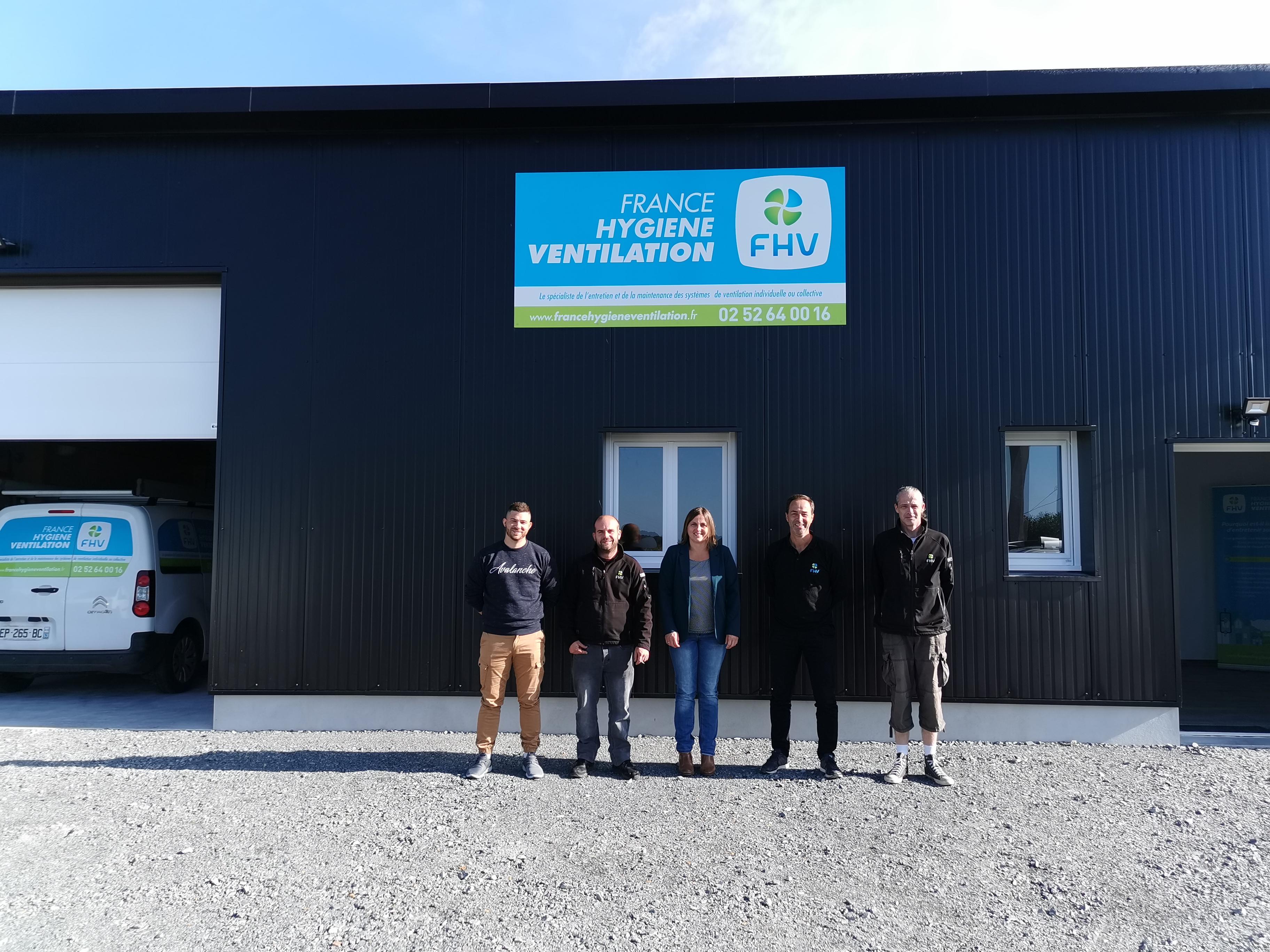 Equipe FHV devant les locaux FHV Mayenne